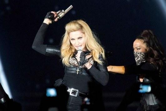 По материалам: vsegda-tvoj.livejournal.com Мадонна- $125 млн. Львиную долю доходов Мадонне в этом году принес ее гастрольный тур MDNA (общий доход от него составил $305 млн). Певица много зарабатывает и на продаже сувениров во время концертов. Помимо этого, прибыль «королева поп-музыки» получает от собственной линии одежды Material Girl и парфюмерной марки Truth or Dare.